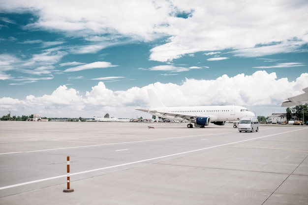 Passagierflugzeug auf flugzeugparkplatz, niemand