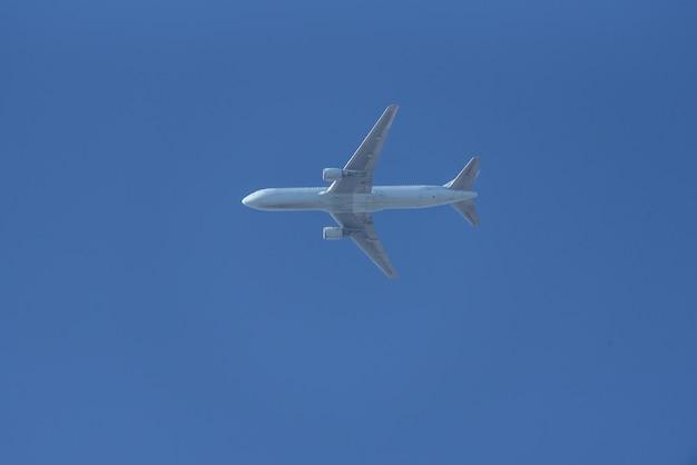 Passagierflugzeug, das über blauen himmel fliegt