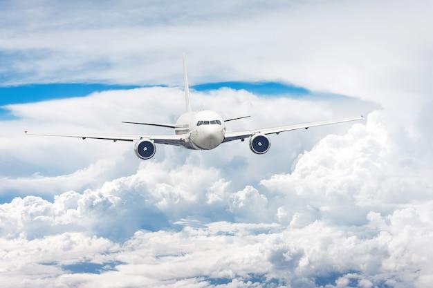 Passagierflugzeug, das zwischen den wolken fliegt