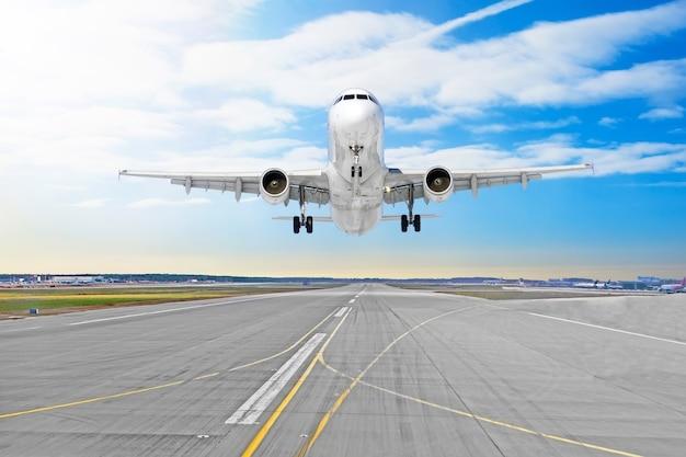 Passagierflugzeug die asphaltlandung auf einem rollbahnflughafen.