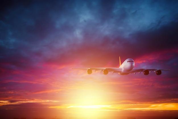 Passagierflugzeug, verkehrsflugzeug fliegt gegen einen schönen sonnenuntergang. reisekonzept, flugreisen. speicherplatz kopieren.
