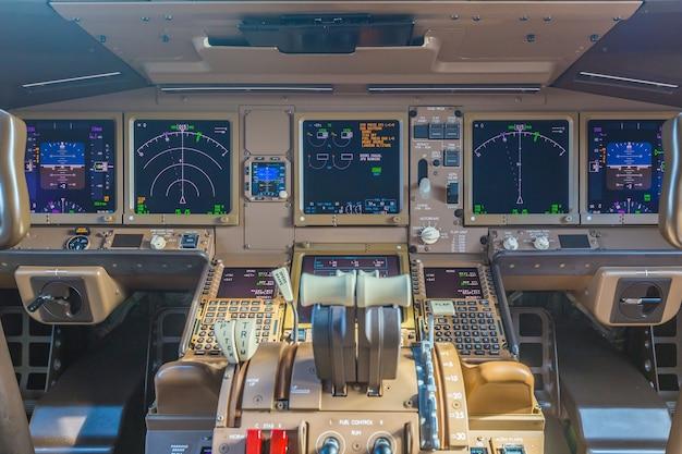 Passagierflugzeuginnenraum, motorleistungskontrolle und andere flugzeuge