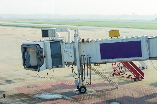 Passagierladetür im internationalen flughafen wartet auf flugzeug