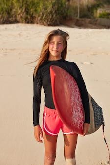 Passen sie aktive, gesunde surferblicke mit nachdenklichem ausdruck in die ferne