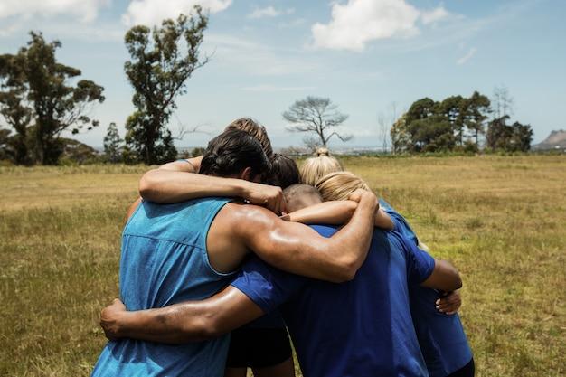 Passen sie menschen zusammen, die zusammen stehen und eine hürde bilden