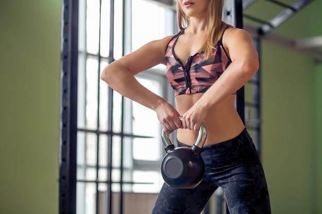 Passen sie personen an, die im fitnessstudio kettlebell-gewichte schwingen