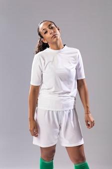 Passende frau der vorderansicht in der sportkleidung