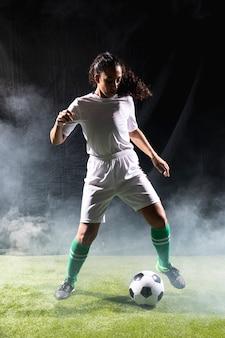 Passende frau des vollen schusses in der sportkleidung