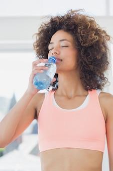 Passendes weibliches trinkwasser an der turnhalle