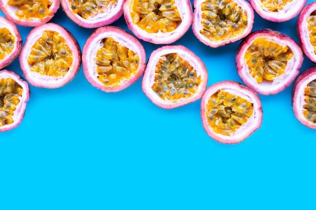 Passionsfrucht auf blauem hintergrund. ansicht von oben