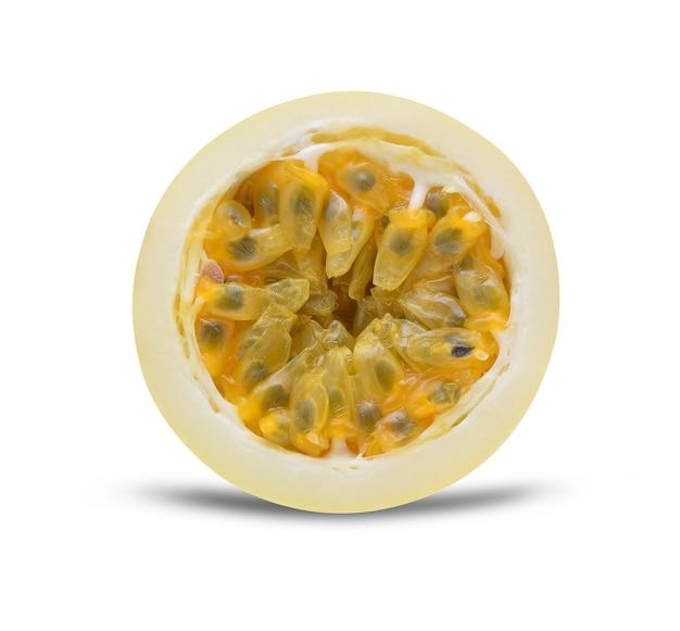 Passionsfrucht auf dem weißen hintergrund isoliert.