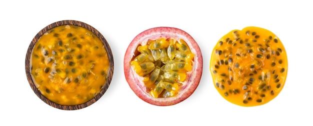 Passionsfrucht in der holzschale lokalisiert auf weißer oberfläche. draufsicht