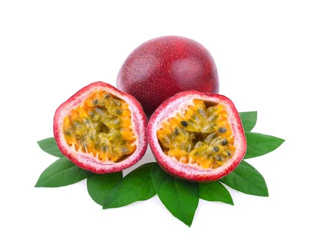 Passionsfrucht isoliert auf weiss