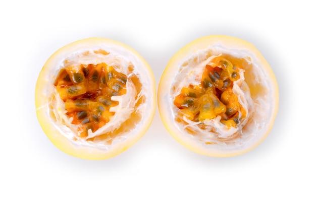 Passionsfrucht isoliert auf weißer oberfläche.