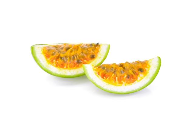 Passionsfrucht lokalisiert auf weiß.