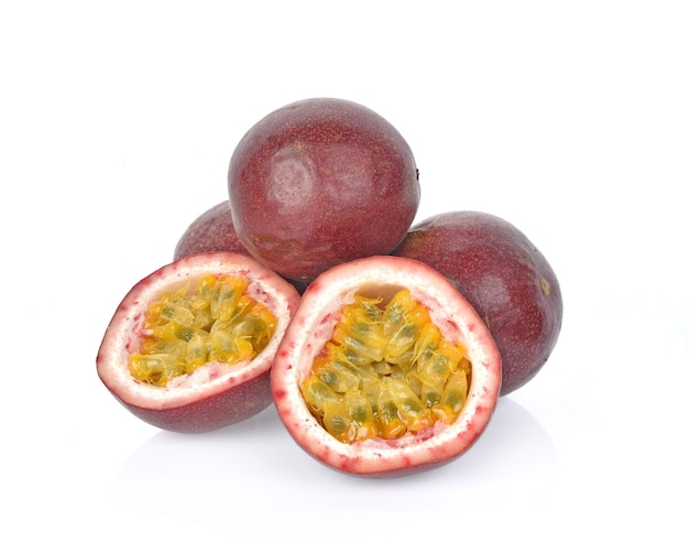 Passionsfrucht lokalisiert auf weiß