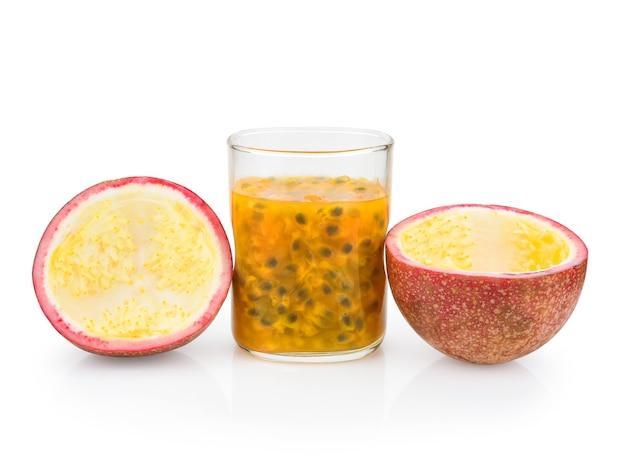 Passionsfrucht mit frischem saft isoliert auf weißer oberflächennahaufnahme