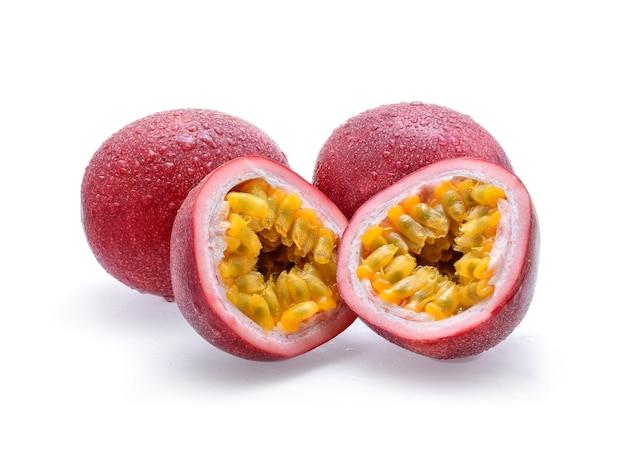 Passionsfrucht mit wassertropfen lokalisiert auf weiß.