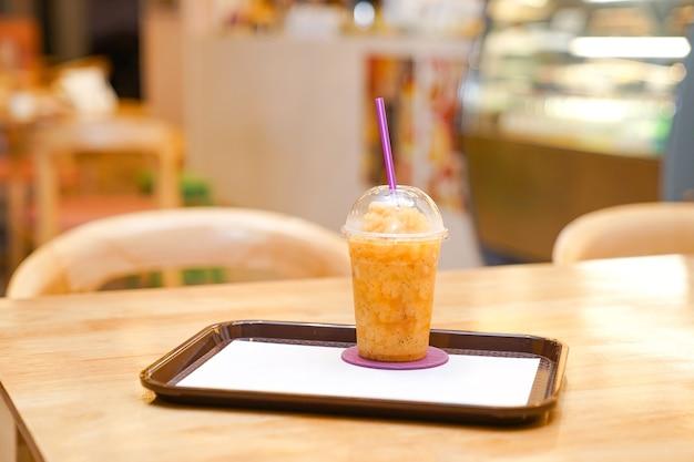 Passionsfrucht-smoothie aus plastik zum mitnehmen im restaurant.
