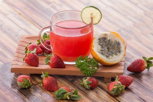 Passionsfrucht und erdbeer-smoothies