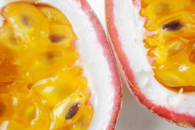 Passionsfruchtpulpe nahaufnahme. makrofoto. das konzept von exotischen früchten, gesunden bio-lebensmitteln, vegetarismus.