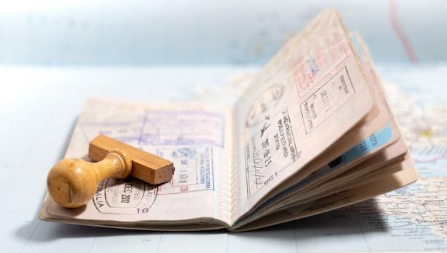 Passseiten mit vielen visumstempeln