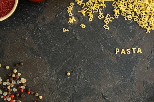 Pasta alphabet und zutat für sauce (zutaten, rohe nudeln) mit zweitem gang. top essen hintergrund. kopieren sie platz