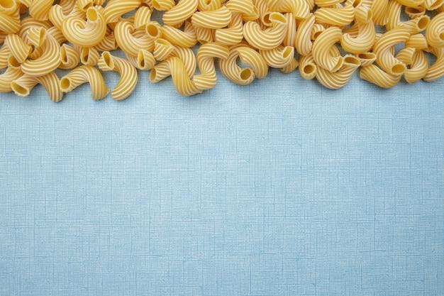 Pasta auf blauem tisch