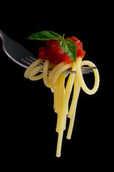 Pasta auf schwarz