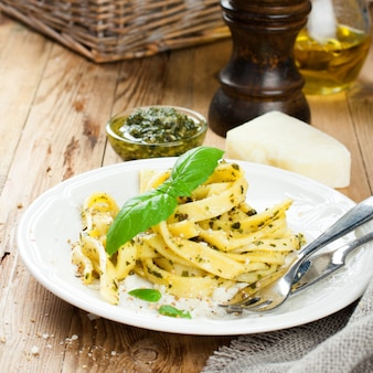 Pasta-bandnudeln mit pesto-sauce und basilikum
