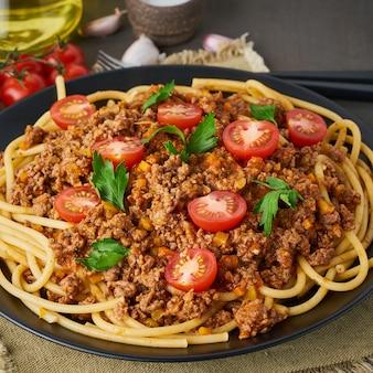 Pasta bolognese bucatini mit hackfleisch und tomaten