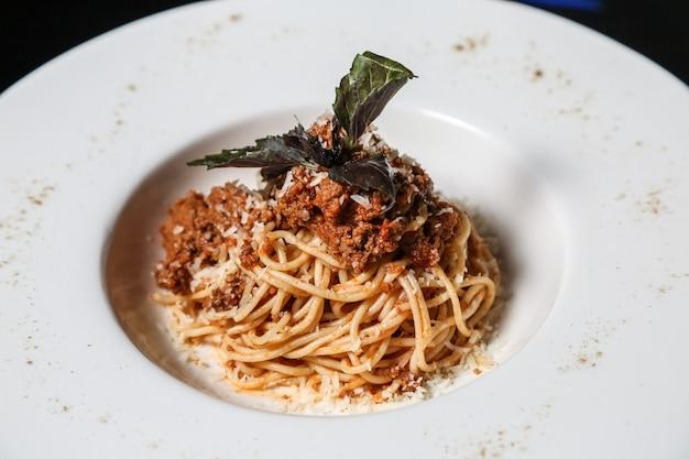 Pasta bolognese fleisch basilikum parmesan seitenansicht