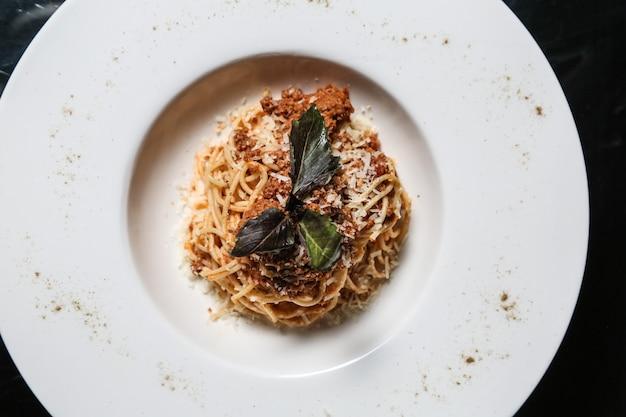 Pasta bolognese fleisch basilikum sumakh parmesan draufsicht