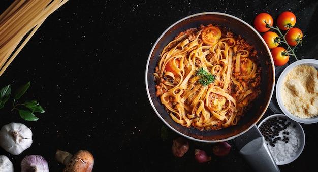 Pasta bolognese tomatensauce in der pfanne. draufsicht