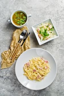 Pasta carbonara, grüner salat und hühnersuppe.