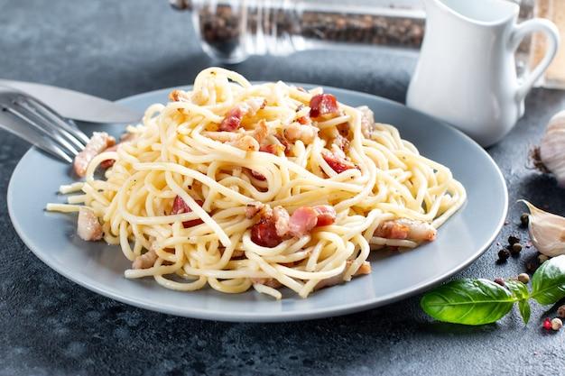 Pasta carbonara mit speck und parmesan. selektiver fokus