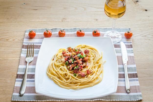 Pasta carbonara mit speck und parmesan