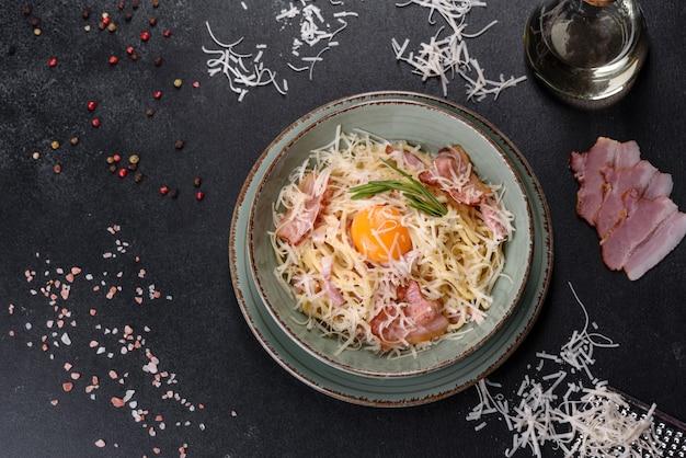 Pasta carbonara. spaghetti mit speck, ei, petersilie und parmesankäse. ein traditionelles italienisches gericht