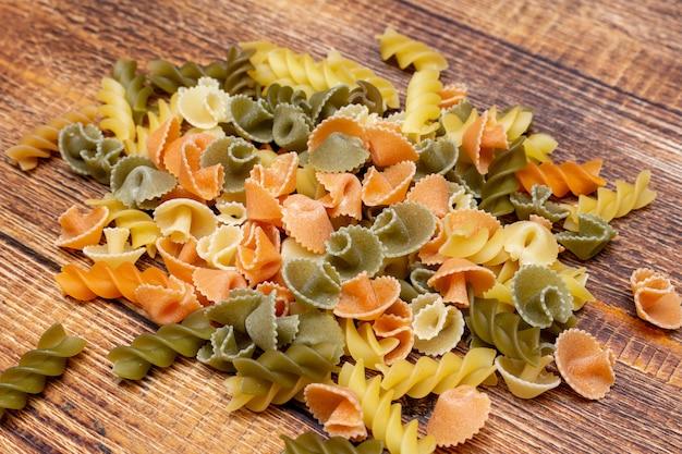 Pasta colorata, bunte spaghetti, makkaroni, pasta auf holz