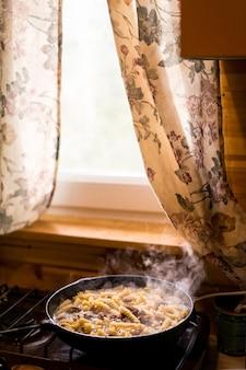 Pasta-fusilli mit hühnchen-draufsicht auf dunklem holztisch