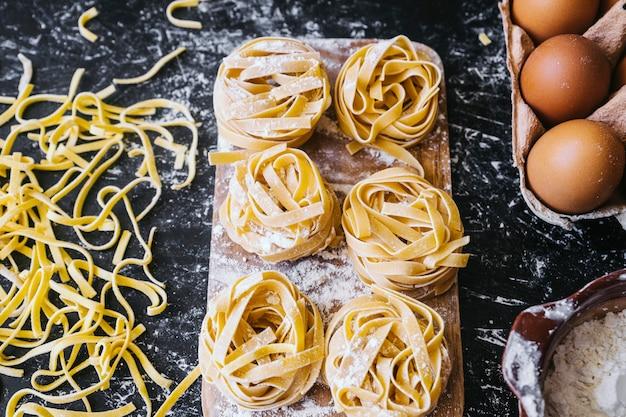 Pasta in der nähe von eiern und mehl