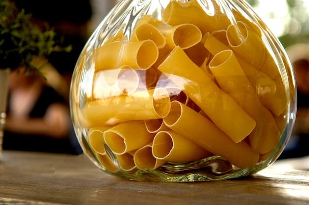Pasta in einem glas nah oben