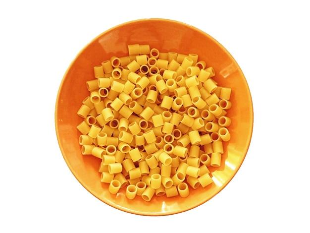 Pasta in einer orangefarbenen schüssel
