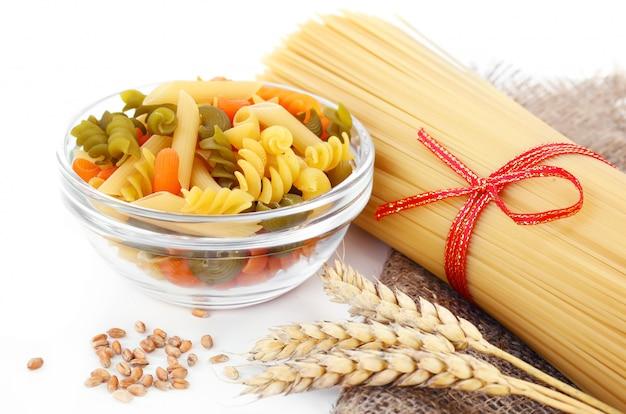 Pasta in komposition mit küchenzubehör auf dem tisch