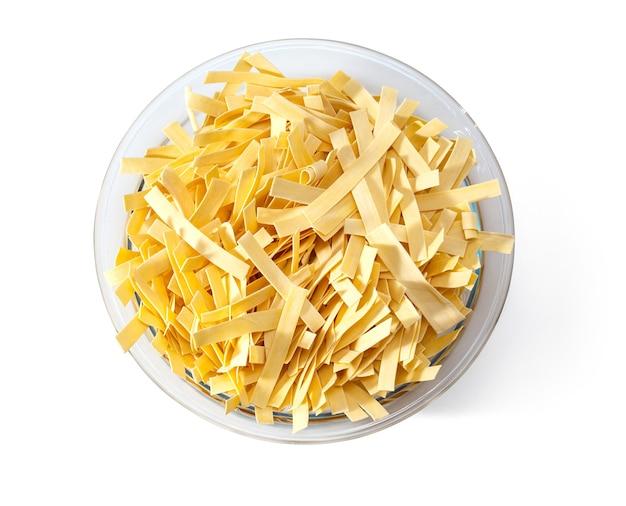 Pasta in schüssel, isoliert auf weißem hintergrund, ansicht von oben, mit beschneidungspfad