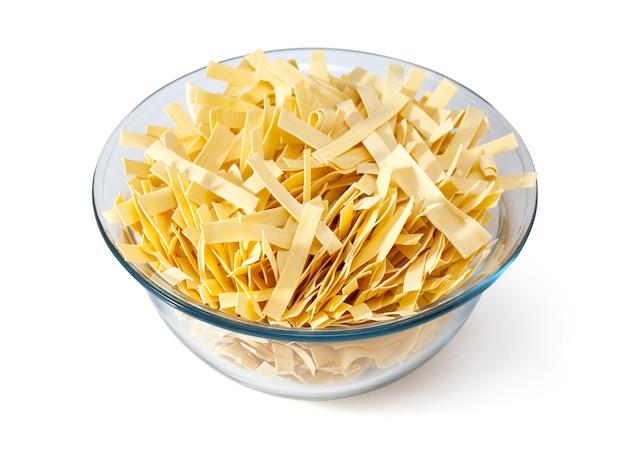 Pasta in schüssel, isoliert auf weißem hintergrund, mit beschneidungspfad