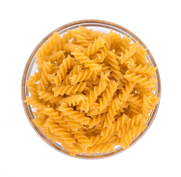 Pasta in schüssel isoliert