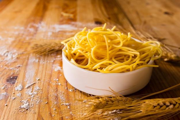 Pasta in schüssel mit weizen