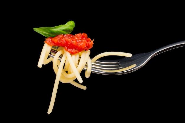Pasta in schwarzem hintergrund,