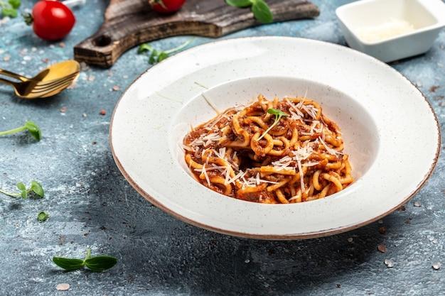 Pasta mit fleisch, tomatensauce und gemüse, italienische pasta bolognese. banner, menü, rezeptplatz für text, ansicht von oben,